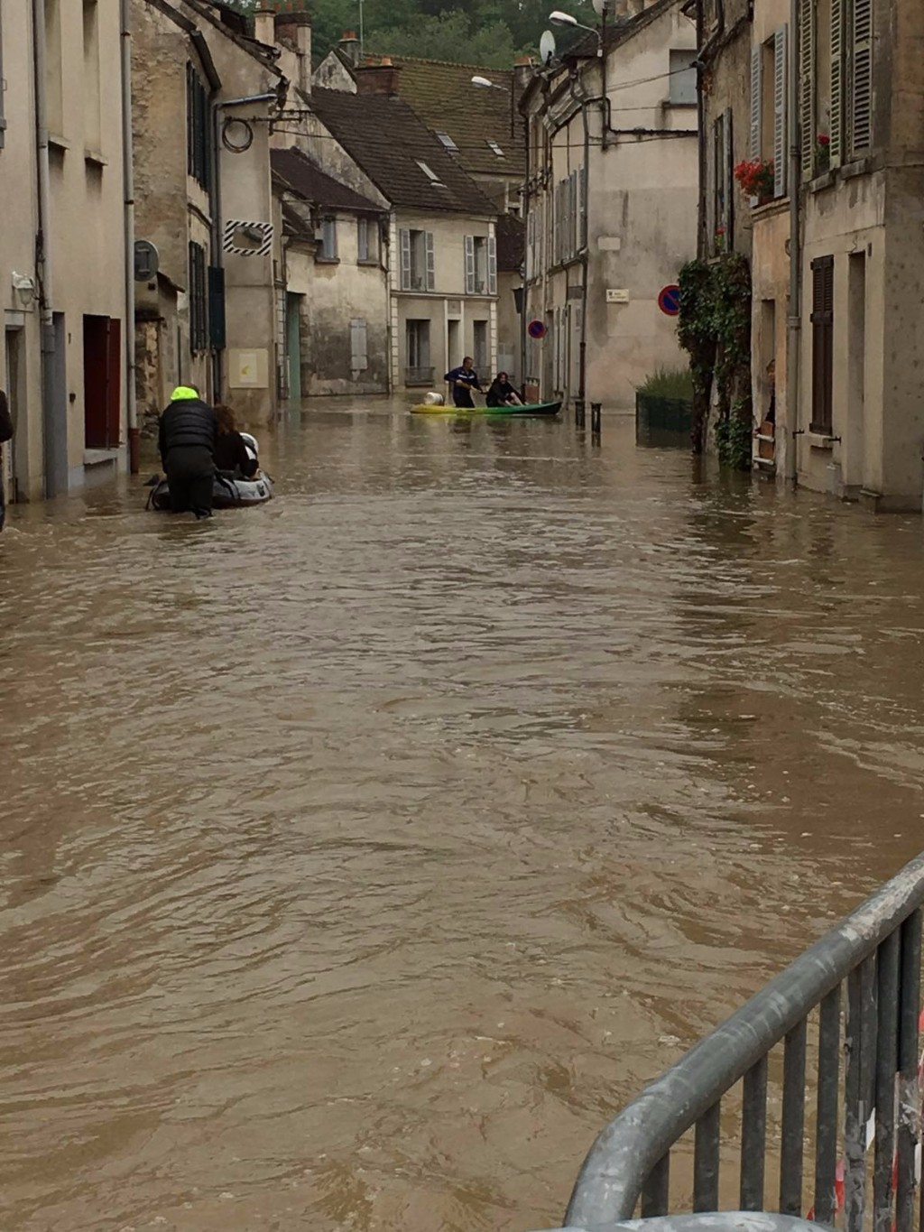 Inondations cr cy jouarre saint germain lagny le for Piscine qui deborde
